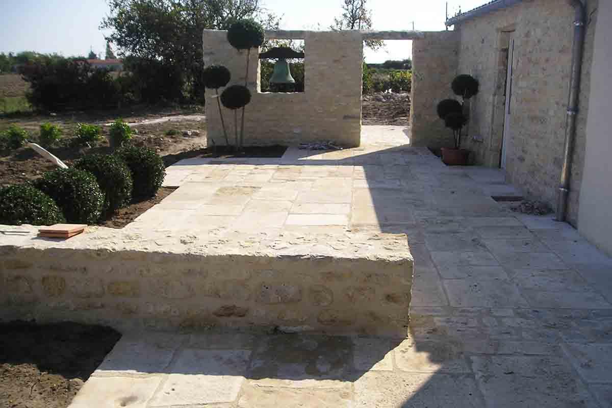 Dallage en pierre réalisé par François Cellier, rénovation du bâti ancien en Charente Maritime
