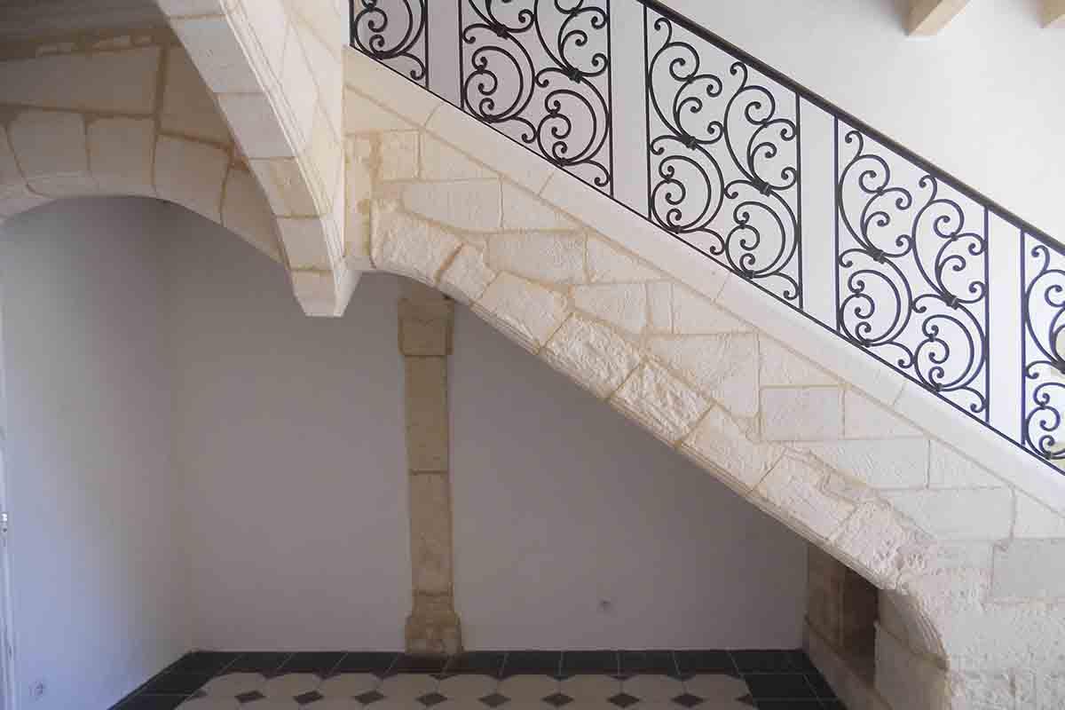 escalier en taille de pierre réalisé par l'entreprise François Cellier spécialiste de la rénovation du bâti ancien en Charente Maritime
