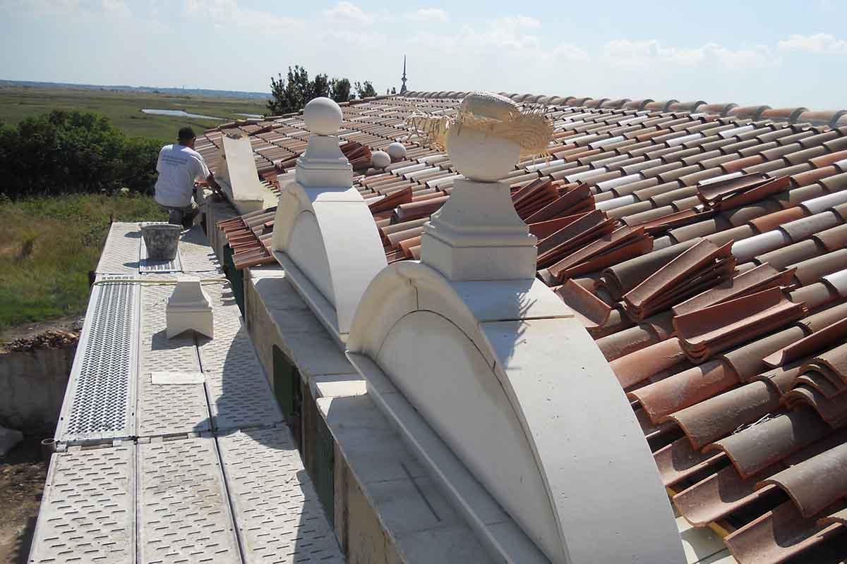 Toiture en cours de réfection par l'entreprise François CELLIER, spécialiste de la rénovation du bâti ancien