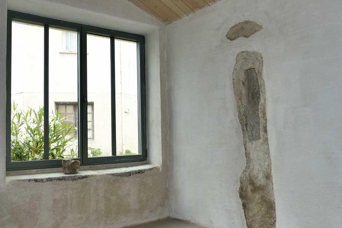 Mur en enduit de chanvre réalisé par l'entreprise François CELLIER, spécialiste des enduits et badigeons en Charente Maritime