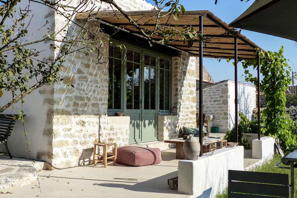 Terrasse béton coloré réalisée par François CELLIER, spécialiste de la rénovation du bâti ancien en Charente Maritime